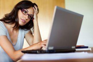 женщина ищит работу в интернете за компьютером