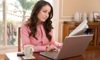 женщина ищет работу в интернете