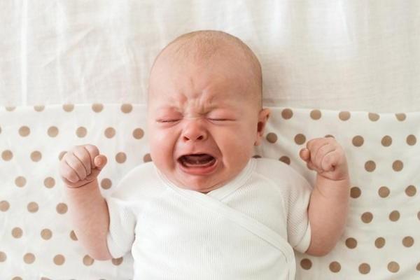 Новорожденный ребенок не спит, в чем причина?