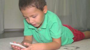 Как отучить ребенка от игры в телефон?